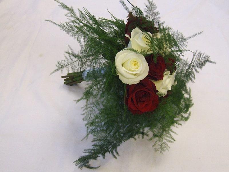 Cách cắm lá măng tây kết hợp cùng hoa hồng