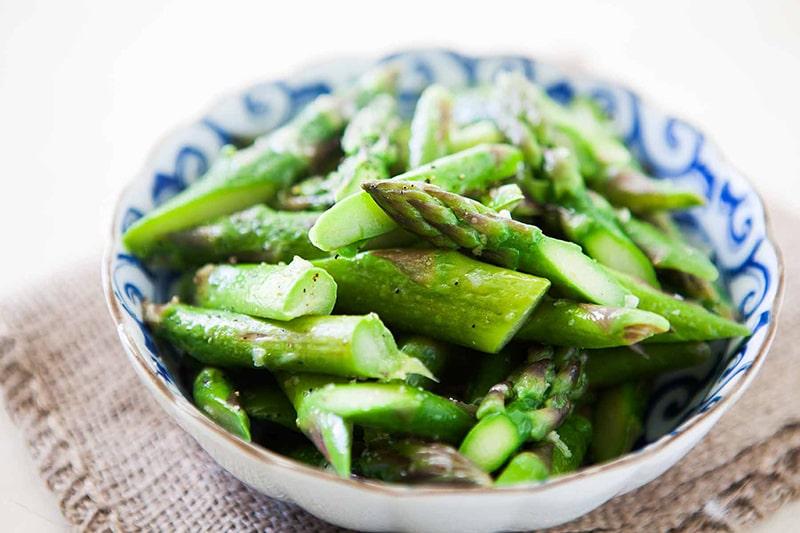 Măng tây luộc hoặc hấp là món ăn giúp giảm cân hiệu quả